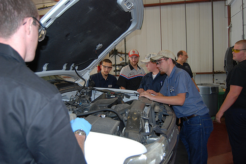 Auto Tech students check under the hood (Uno Yi/The Current).